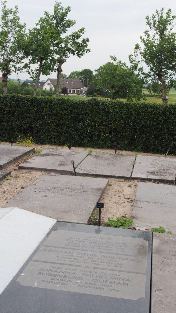 De grafsteen van Piet Rodenburg en zijn jong gestorven zoontje.